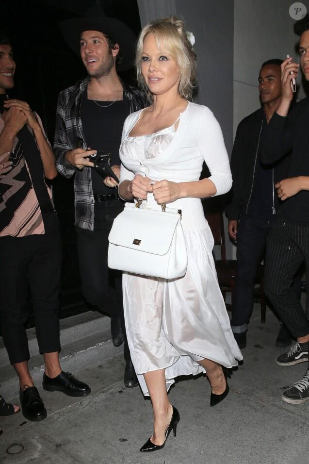 Pamela Anderson et son ami quittent le restaurant Craig à West Hollywood le 15 juin 2018.