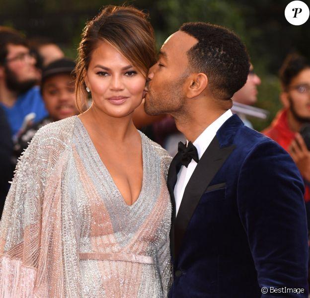 """Chrissy Teigen et son mari John Legend arrivent à la soirée """"2018 GQ Men of the Year Awards"""" au Tate Modern à Londres, le 5 septembre 2018."""