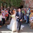 Thomas Hollande et Emilie Broussouloux, ici au bras de son père pour son arrivée à l'église, ont célébré leur mariage le 8 septembre 2018 dans le village de Meyssac, près de Brive en Corrèze, en présence notamment de François Hollande et Ségolène Royal, parents du marié.
