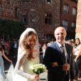 Emilie Broussouloux, ici au bras de son père à l'entrée de l'église, a célébré son mariage avec Thomas Hollande le 8 septembre 2018 dans le village de Meyssac, près de Brive en Corrèze, en présence notamment de François Hollande et Ségolène Royal, parents du marié.