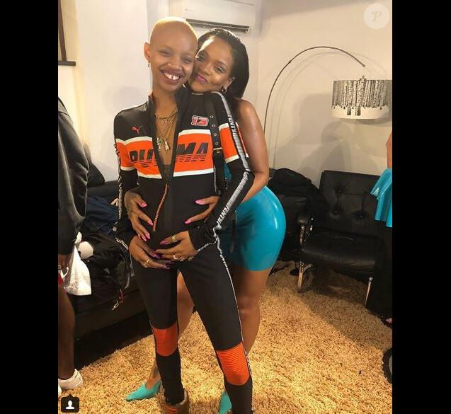Rihanna pose avec le mannequin Slick Woods, enceinte, le 28 août 2018.