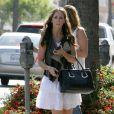 Jennifer Love Hewitt fait du shopping avec une amie à Los Angeles le 4 mai 2009