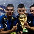 Florian Thauvin fêtant avec Kylian Mbappé et Lucas Hernandez la victoire de l'équipe de France en finale de la Coupe du monde à Moscou le 15 juillet 2018.