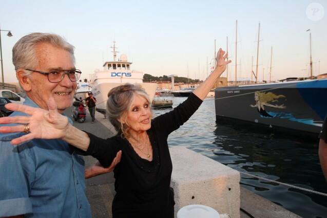Exclusif - Brigitte Bardot et son mari Bernard d'Ormale avant qu'elle pose avec l'équipage de Brigitte Bardot Sea Shepherd, le célèbre trimaran d'intervention de l'organisation écologiste, sur le port de Saint-Tropez, le 26 septembre 2014 en escale pour 3 jours à deux jours de ses 80 ans. Cela fait au moins dix ans qu'elle n'est pas apparue en public sur le port tropézien.