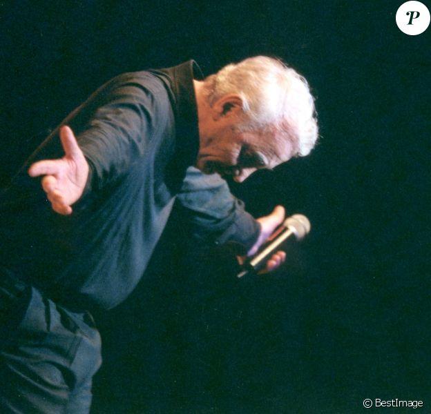 Charles Aznavour en concert à Beyrouth en 2001.