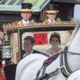 La princesse Eugenie d'York et son mari Jack Brooksbank en calèche après la cérémonie de leur mariage au château de Windsor, Royaume Uni, le 12 octobre 2018.