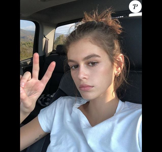 Kaia Gerber expose son tatouage au bras droit. Octobre 2018.