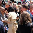 Le prince Harry, duc de Sussex et sa femme Meghan Markle, duchesse de Sussex (enceinte) discutent avec des habitants de Sydney au premier jour de leur première tournée officielle en Australie, le 16 octobre 2018