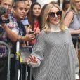 Kristen Bell signe des autographes et salue ses fans à son arrivée à l'émission The View à New York, le 26 septembre 2018.