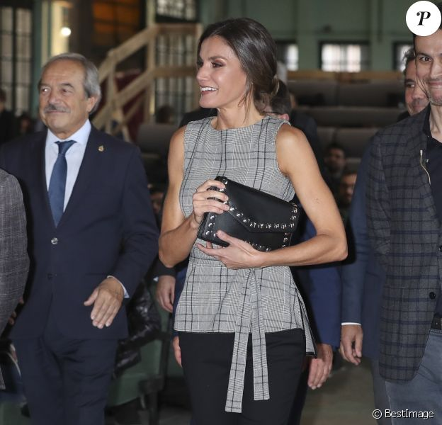 """La reine Letizia d'Espagne et Martin Scorsese participent à une réunion avec des jeunes réalisateurs, dans le cadre du programme """"Fabrica Scorsese"""", développé dans l'ancienne usine d'armes de La Vega lors du """"Princess of Asturias Awards 2018"""" à Oviedo, le 18 octobre 2018."""