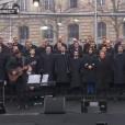 """Johnny Hallyday chante """"Un dimanche de janvier"""" en hommage aux victimes des attentats de janvier et novembre. Place de la République à Paris, le 10 janvier 2016."""