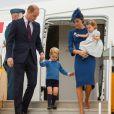 Le prince William, duc de Cambridge et Kate Middleton, duchesse de Cambridge, accompagnés de leurs enfants, le prince Georges et la princesse Charlotte, à l'aéroport de Victoria au Canada, le 24 septembre 2016.