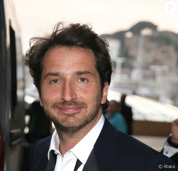 Edouard Baer quitte le Palais des Festivals après l'ouverture du 62ème Festival de Cannes le 13 mai 2009