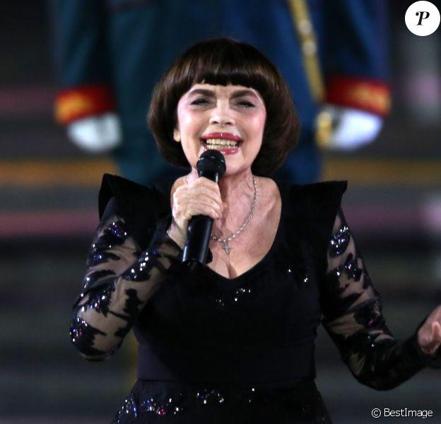 Mireille Mathieu lors de la clôture de la 11ème édition du Festival de musique militaire Spasskaya Bashnya sur la Place Rouge à Moscou, Russie, le 2 septembre 2018.