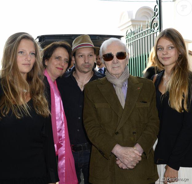 Charles Aznavour et son fils Mischa et Nathalie Huth, fille de Pierre Huth avec petites-filles - Obseques du Docteur Pierre Huth au cimetière de Nogent sur Marne. Le 30 août 2013