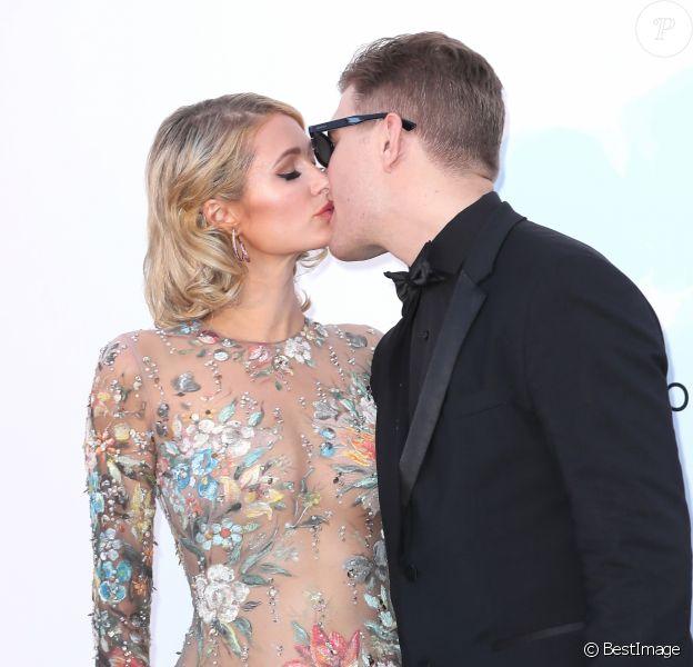 """Paris Hilton (robe Christophe Guillarmé) et son fiancé Chris Zylka - Photocall de la soirée """"amfAR Gala Cannes 2018"""" à l'Eden Roc au Cap d'Antibes, le 17 mai 2018. © Jacovides/Borde/Moreau/Bestimage"""