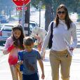 Jennifer Garner arrive avec ses enfants Violet, Seraphina et Samuel à la messe dominicale et discute avec un mystérieux inconnu à Santa Monica, le 11 novembre 2018