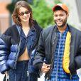 Bella Hadid et son compagnon The Weeknd se baladent heureux main dans la main dans les rues de New York, le 29 octobre 2018