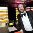 Frédéric Beigbeder au 62ème Festival de Cannes. Loin des soirées cannoises bien arosées, l'écrivain a préféré la  Vitamin Water  enfin... pas pour longtemps !