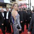 Et encore un fashion faux pas pour la fashion fausse blonde au 62ème Festival de Cannes ! Fréderique Bel nous offre un dos plus blanc que neige dans une robe style... boule à facettes géante !