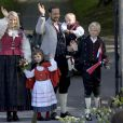 Haakon et Mette-Marit de Norvège avec leurs enfants, Ingrid (5 ans), Sverre (3 ans) et Marius (12 ans), à leur résidence de Skaugum.