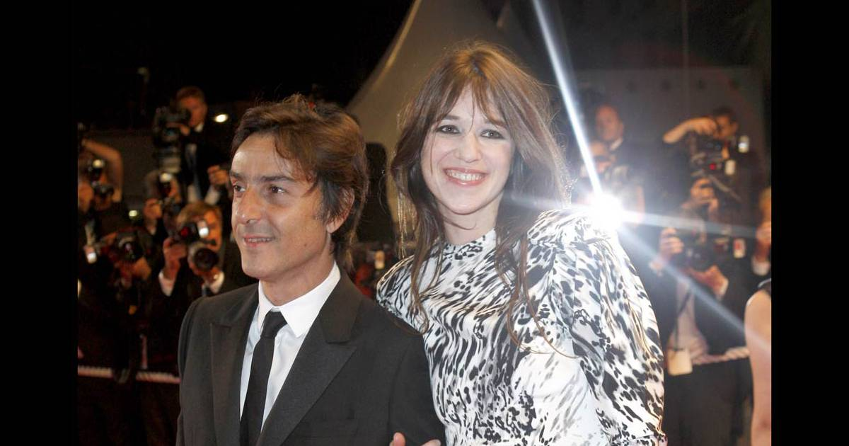 charlotte gainsbourg monte les marches cannes avec son mari yvan attal pour d fendre. Black Bedroom Furniture Sets. Home Design Ideas