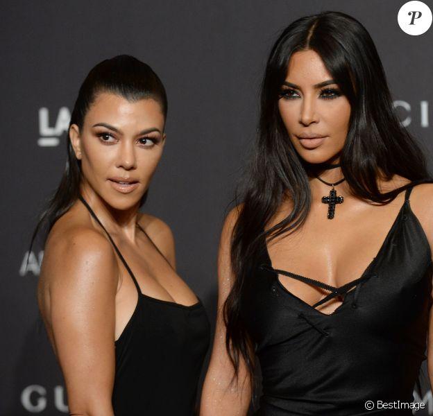 Kourtney Kardashian et sa soeur Kim Kardashian à la soirée LACMA Art + Film en l'honneur de Catherine Opie et Guillermo Del Toro présentée par Gucci à Los Angeles, le 3 novembre 2018