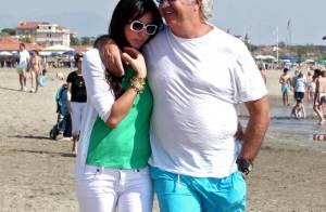Flavio Briatore et sa femme Elisabetta Gregoraci, complètement mordus... sur une plage ensoleillée !