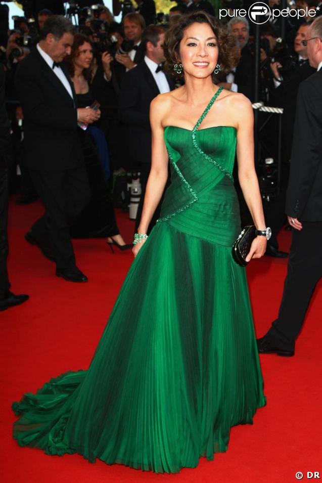 Michelle Yeoh sublime en Versace lors de la montée des marches à Cannes le 19/05/09