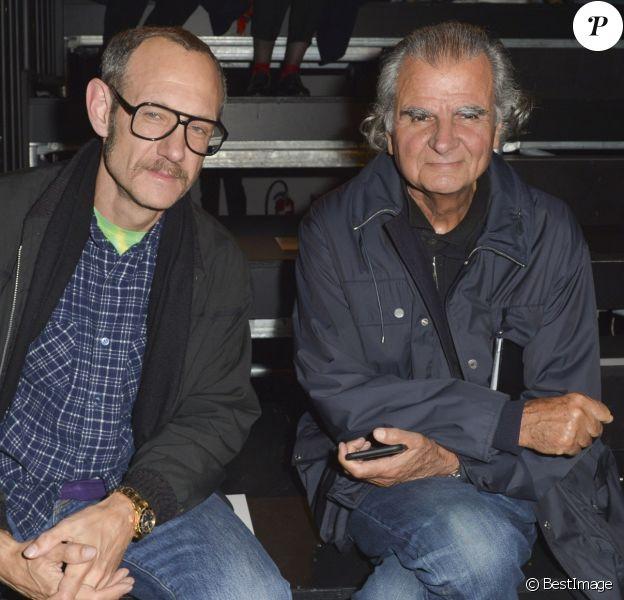 Avec le photographe controversé Terry Richardson (banni du monde de la mode depuis le lancement du mouvement #MeToo) au défilé Saint Laurent prêt-à-porter collection Printemps/Eté 2016 à Paris, le 5 octobre 2015.