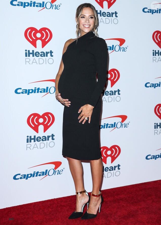 """Jana Kramer, enceinte, au photocall de la soirée """"iHeart Radio Music Festival"""" à la T-Mobile Arena à Las Vegas, le 22 septembre 2018."""