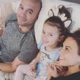 Jana Kramer (enceinte de son deuxième enfant), son époux Mike Caussin et leur fille Jolie Rae. Novembre 2018.