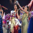 Demi-Leigh Nel-Peters et Catriona Gray - L'ancienne Miss Univers Demi-Leigh Nel-Peters couronne la nouvelle Miss Univers Catriona Gray, Miss Philippines - Impact Arena à Bangkok, le 17 décembre 2018.