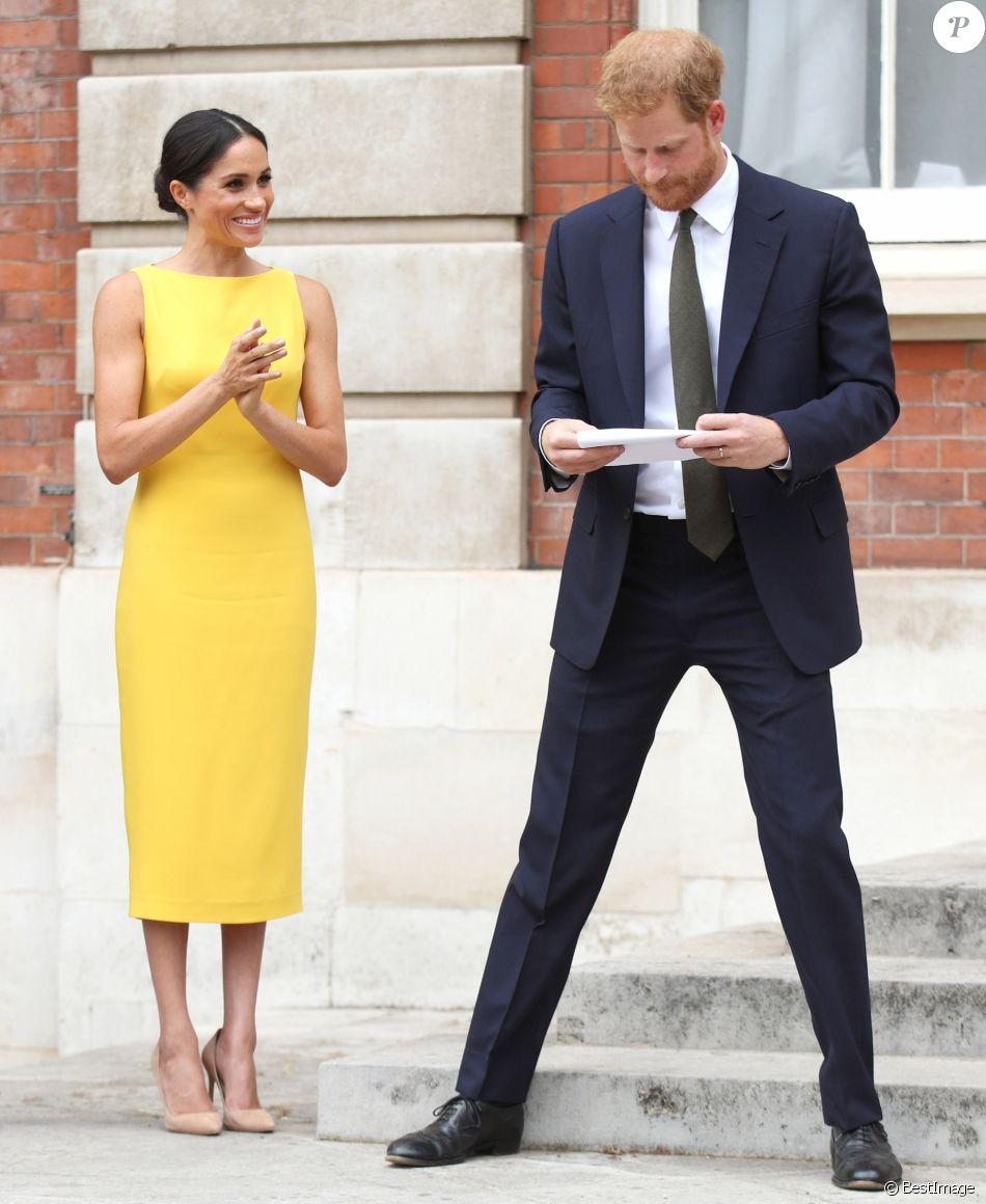 """Meghan Markle en éclatante robe monochrome signée en Brandon Maxwell lors de la réception du """"Your Commonwealth Youth Challenge"""" au Marlborough House à Londres, le 5 juillet 2018."""