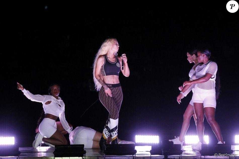 Une danseuse fait un malaise sur scène lors du concert d'Iggy Azalea au stade Maracana à Rio de Janeiro, au Brésil. Le 27 décembre 2018.
