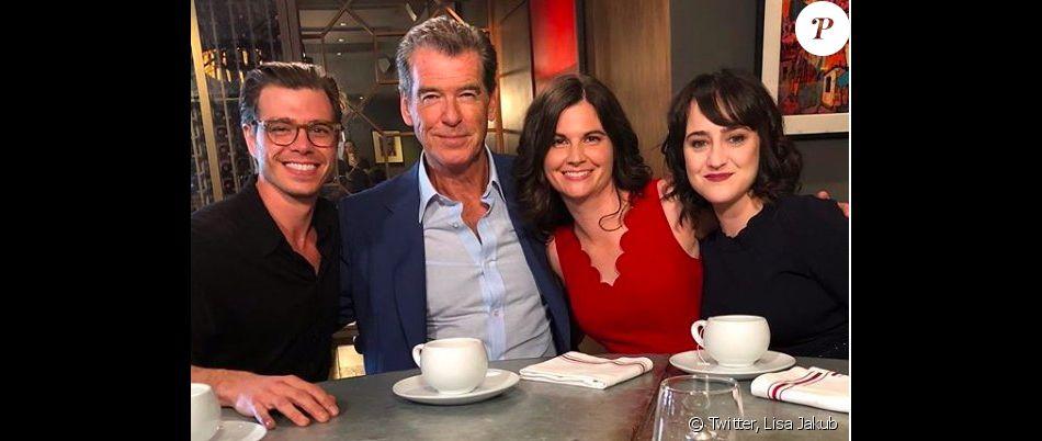 Lisa Jakub entourée de Pierce Brosnan, Mara Wilson et Matthew Lawrence dans le Today Show.