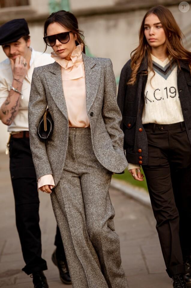 Victoria Beckham, Brooklyn Beckham et sa compagne Hana Cross au défilé Kent & Curwen à Londres le 6 janvier 2019.
