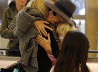 Laeticia Hallyday retrouve sa maman à Los Angeles, grande émotion à l'aéroport