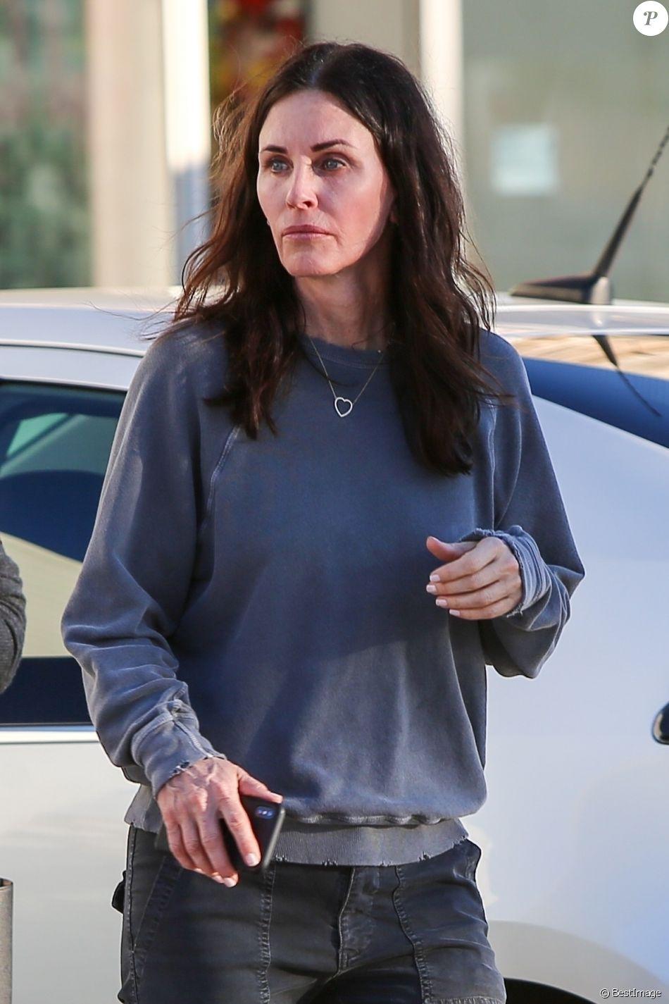 Exclusif - Courteney Cox fait du shopping avec une amie à Malibu le 25 janvier 2019.
