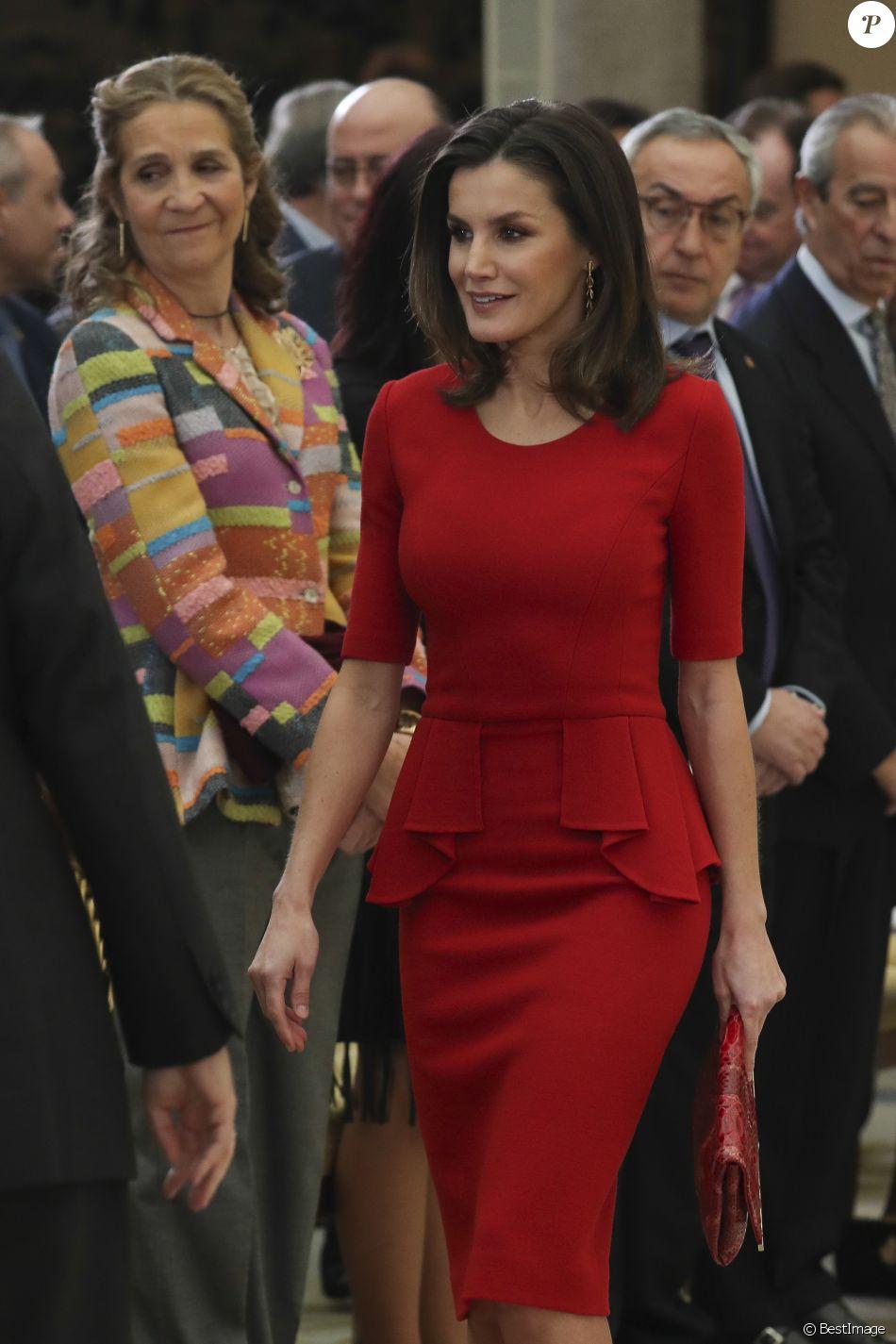 La reine Letizia d'Espagne et, en arrière-plan, l'infante Elena d'Espagne le 10 janvier 2019 lors de la cérémonie des Prix nationaux du sport espagnol, à Madrid.