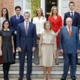 Photo de la famille royale d'Espagne pour le 80e anniversaire de la reine Sofia, le 2 novembre 2018 : le roi Juan Carlos Ier et la reine Sofia posent avec le roi Felipe VI et la reine Letizia (premier rang), l'infante Elena (en ivoire) et l'infante Cristina (en rouge) ainsi que leurs enfants.