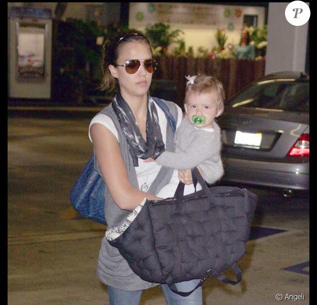 Jessica Alba et sa fille Honor Marie font des sorires, euh des courses