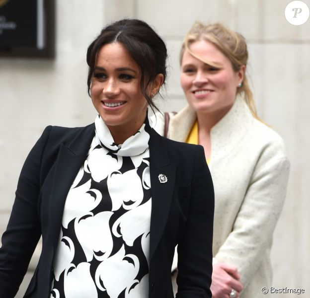 "A l'occasion de la journée mondiale du droits des femmes, Meghan Markle (enceinte), duchesse de Sussex, a participé à une discussion conjointe avec le Trust ""The Queen's Commonwealth"" au King's College à Londres, le 8 mars 2019. Son assistante Amy Pickerill la suit."