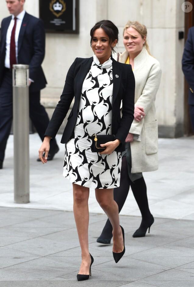 """A l'occasion de la journée mondiale du droits des femmes, Meghan Markle (enceinte), duchesse de Sussex, a participé à une discussion conjointe avec le Trust """"The Queen's Commonwealth"""" au King's College à Londres, le 8 mars 2019. Son assistante Amy Pickerill la suit."""