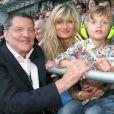 Le Tour 66 de Johnny Hallyday fait escale au Stade de France, fin mai 2009 : Jean-Claude Camus avec sa fille Isabelle Camus et son petit-fils Joalukas