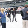 Le Tour 66 de Johnny Hallyday fait escale au Stade de France, fin mai 2009 : Jean-Claude Camus observe les retrouvailles de Johnny et Sylvie Vartan, pendant que Laeticia embrasse Tony Scotti