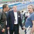 Le Tour 66 de Johnny Hallyday fait escale au Stade de France, fin mai 2009 : Jean-Claude Camus règle les détails de la captation avec Nikos Aliagas et Gérard Pullicino