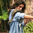 """Ninon Dechavanne en Afrique du Sud pendant que son père Christophe Dechavanne tournait la 2e saison de """"Je suis une célébrité, sortez-moi de là"""" (TF1). Ici avec un serpent."""