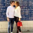 Dylan Deschamps embrasse sa compagne Mathilde à Paris le 31 mars 2019.