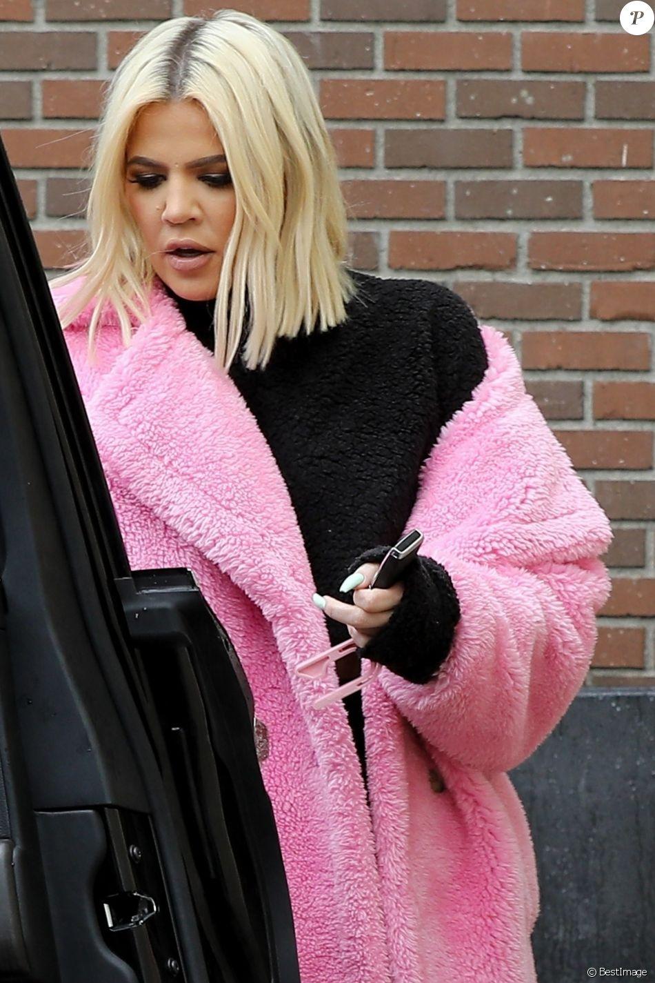 Exclusif - Khloe Kardashian est allée se faire pouponner dans un salon de beauté à Los Angeles. Khloe porte son manteau rose Teddy Bear ! Le 20 mars 2019.